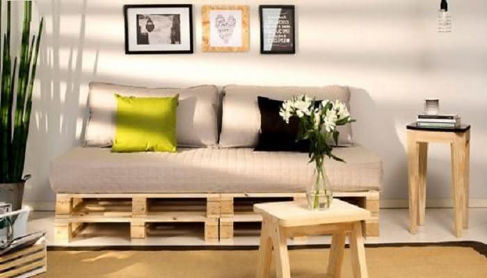 A mesma tonalidade da madeira em todos os móveis da sala de estar