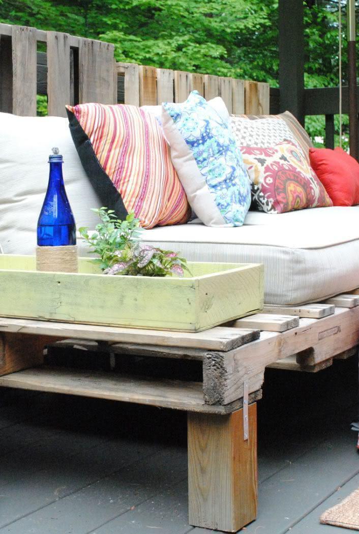 Sofá de pallet com almofadas estampadas