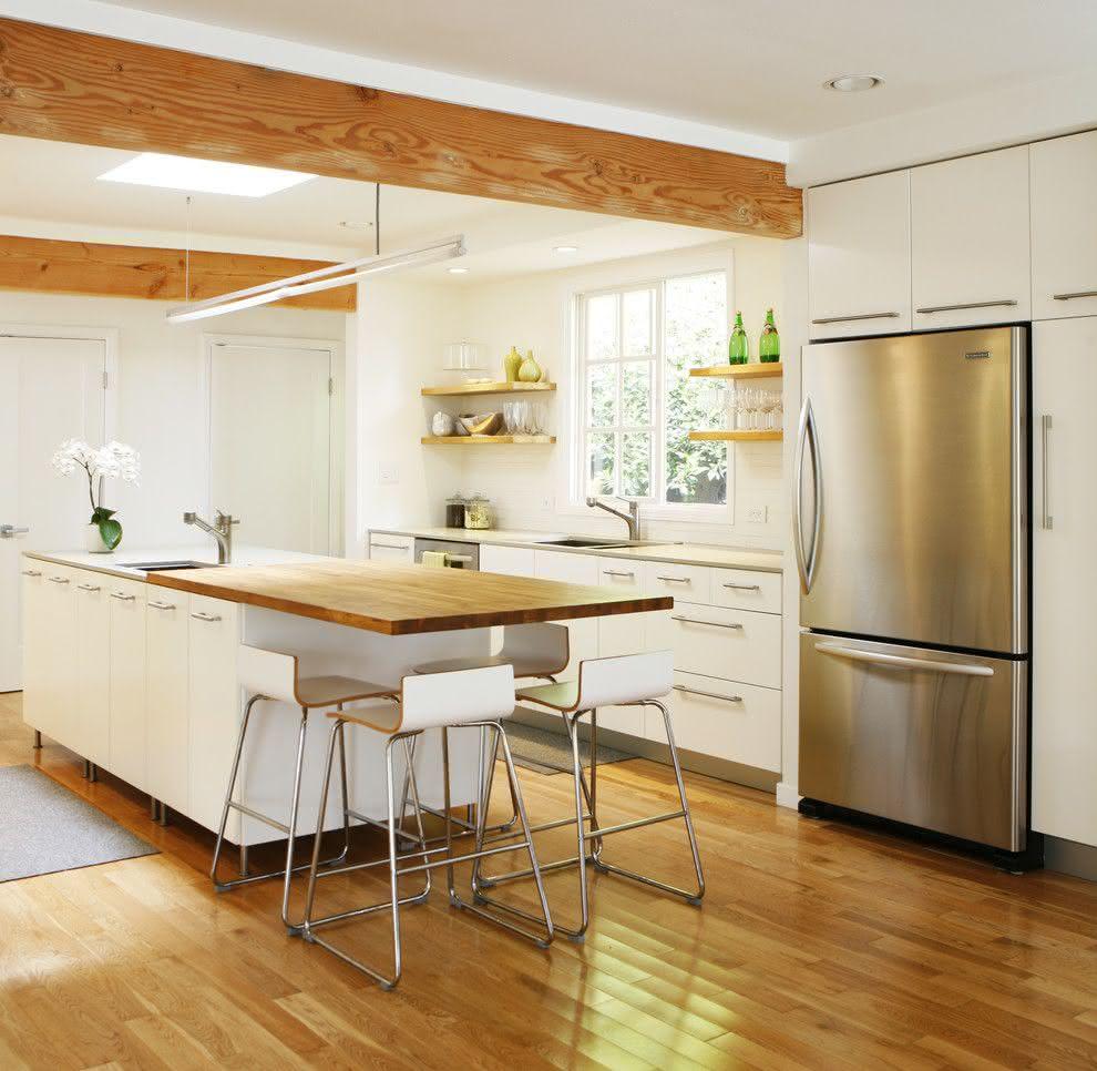 Projeto de cozinha moderna que foca no branco com toques de madeira