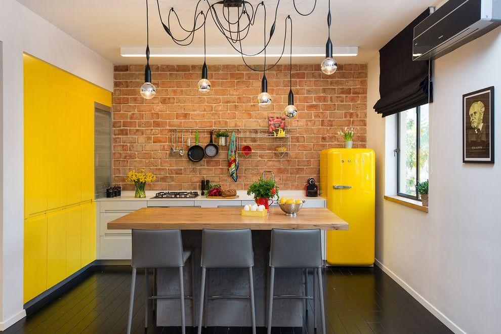 Uma cozinha eclética tem a ilha como mesa
