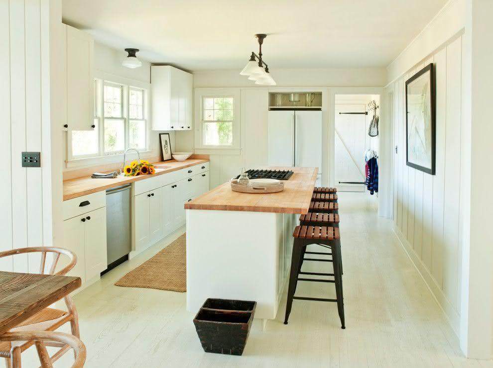 Cozinha moderna com ilha central estreita