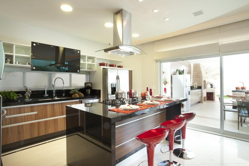 Projeto de cozinha com amplo espaço e ilha central confortável
