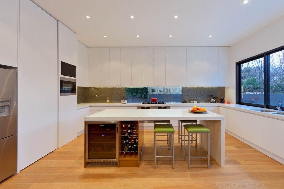 Um projeto de cozinha minimalista com ilha multifunção