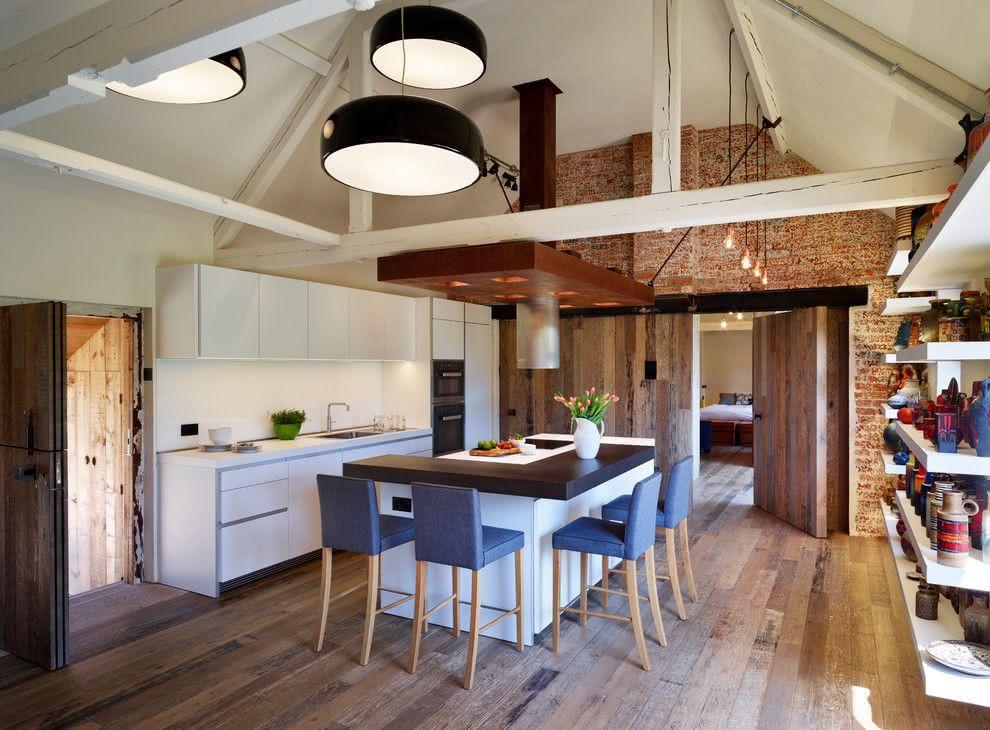 Cozinha com projeto no estilo industrial e ilha com banquetas