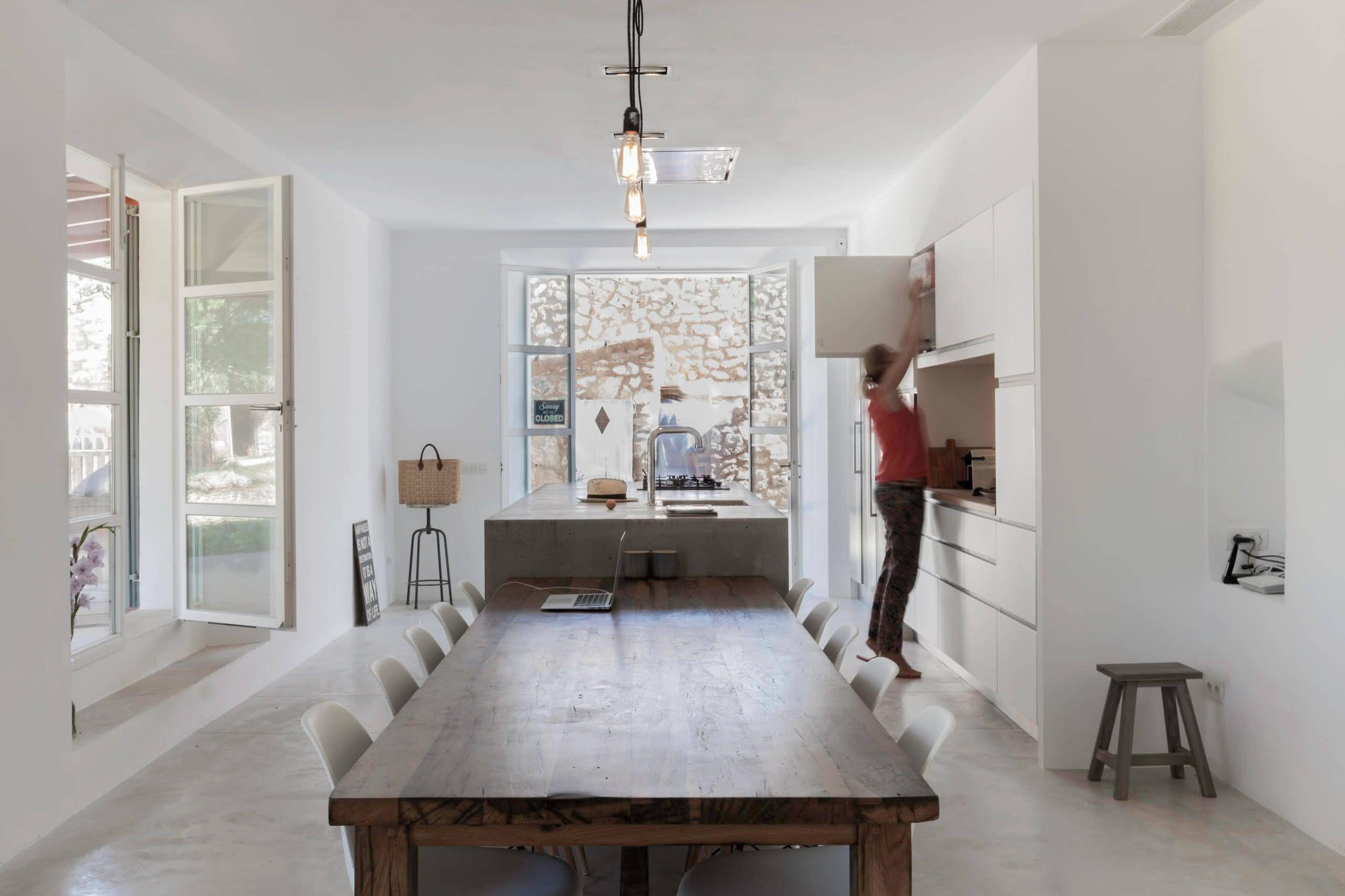 Proposta de ilha central de concreto com mesa de madeira anexada