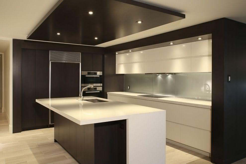 Projeto de cozinha preto e branco com ilha central