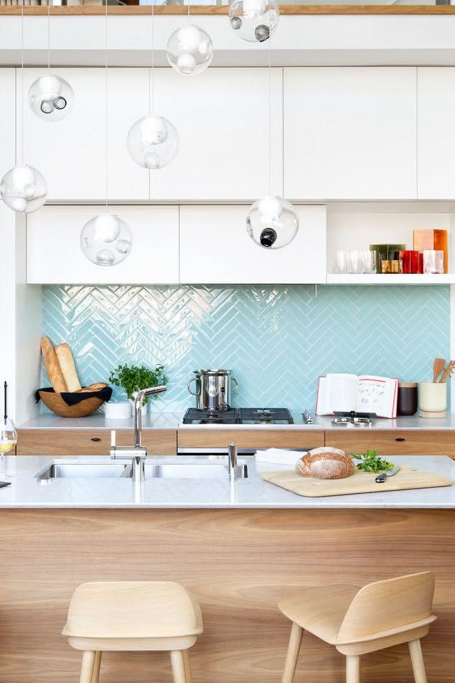Um belo projeto de cozinha charmosa com ilha central