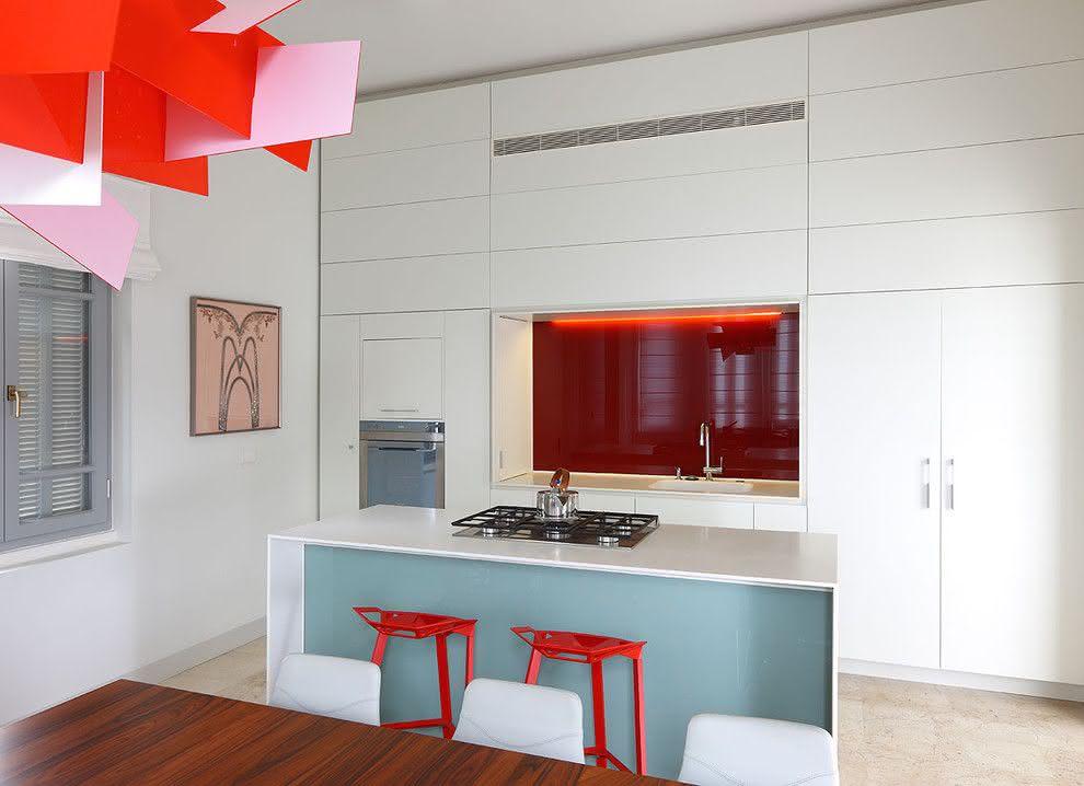 Um projeto de cozinha clean com pé direito alto e ilha pequena