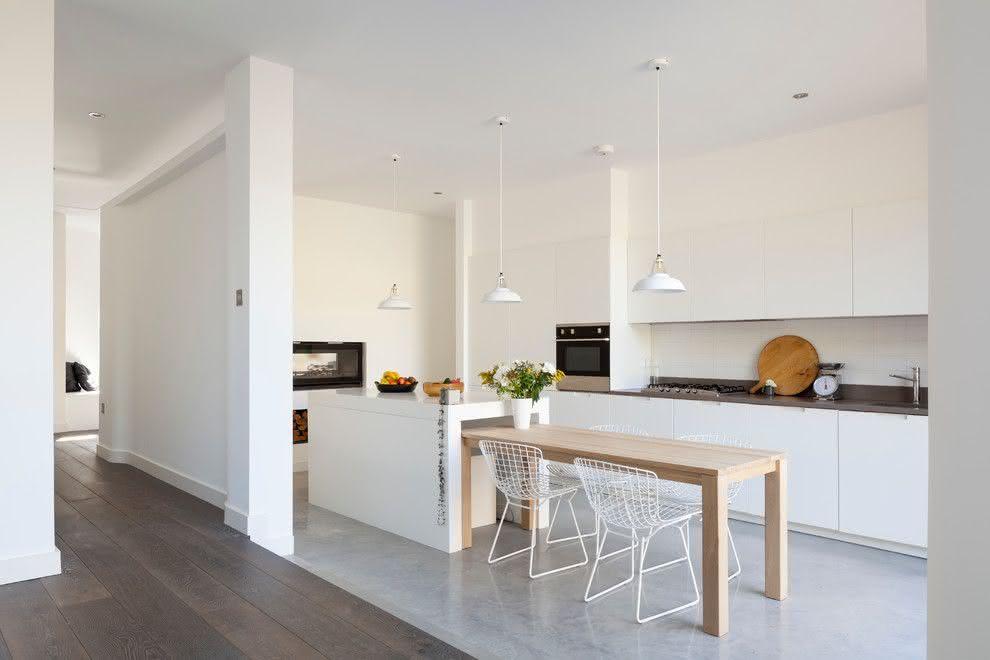 Projeto de cozinha minimalista com ilha central e mesa de madeira