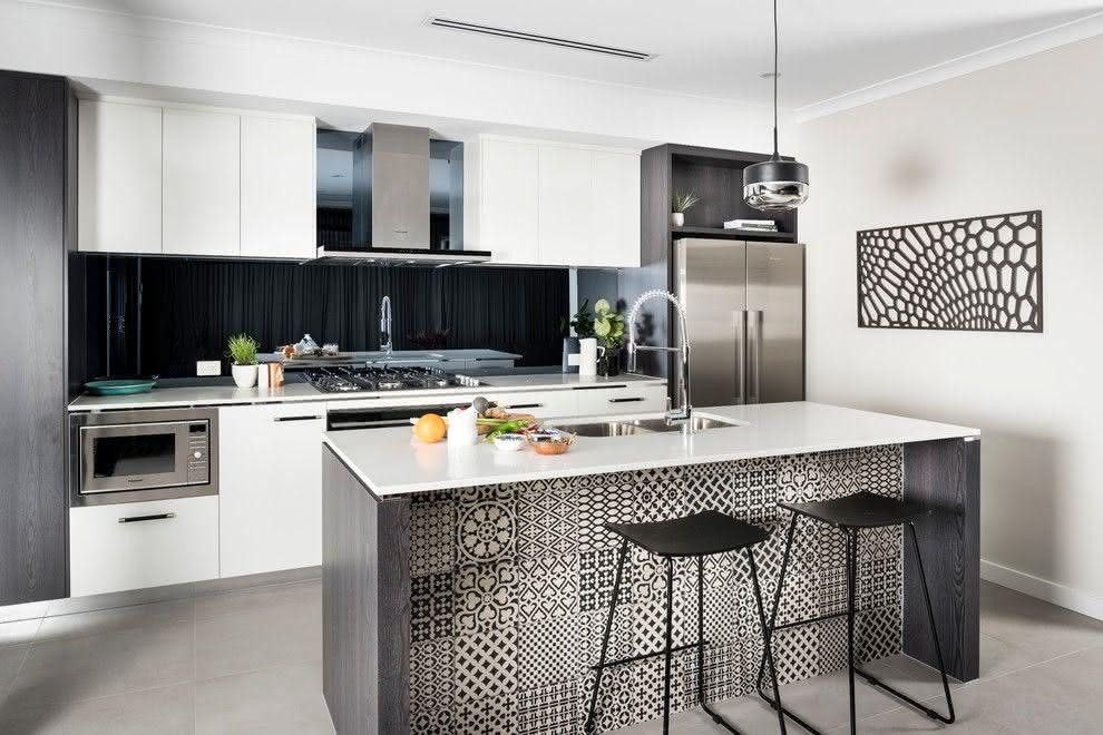 Cozinha grafite e branca: aqui a ilha tem azulejos com diferentes desenhos