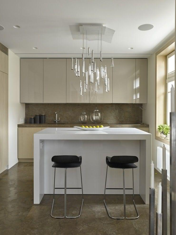 Cozinha cinza com ilha branca
