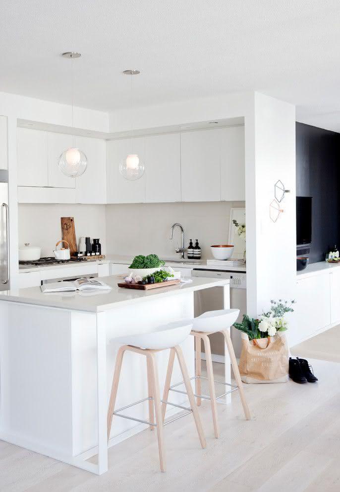 Ilha central que segue a proposta da cozinha com estilo escandinavo