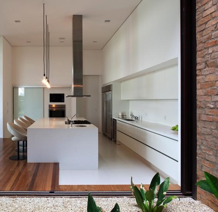 Projeto de cozinha com ilha central ampla e estilo moderno