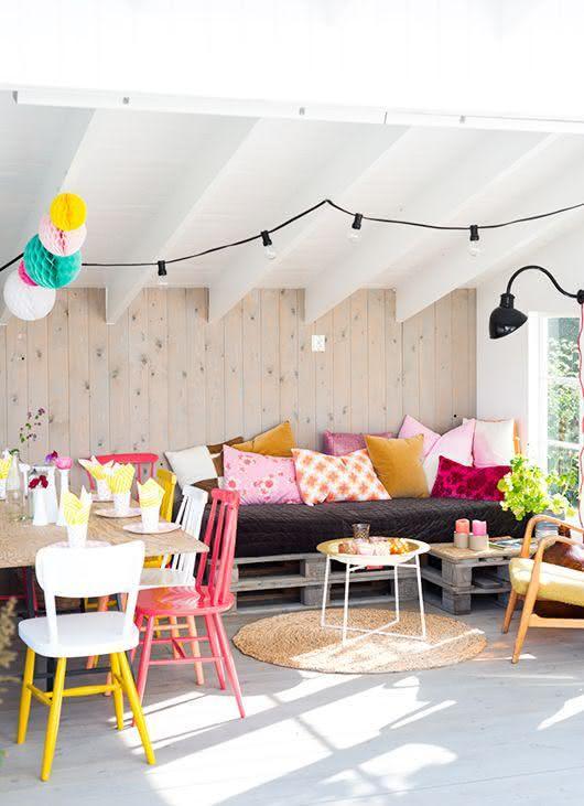 Sofá de pallet para sala de estar colorida