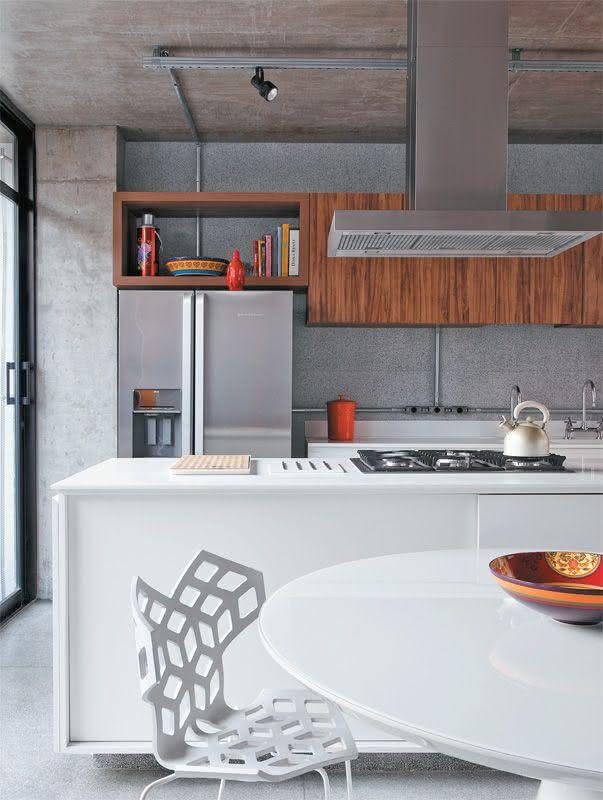 Proposta de cozinha com ilha central branca para o estilo de decoração industrial