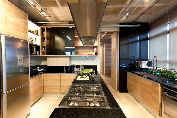 Proposta de cozinha com ilha central com pia e cooktop com suporte para coifa em todo balcão