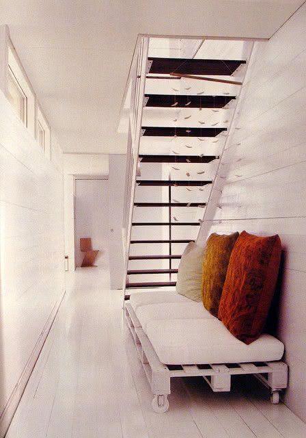 Sofá de pallet para decorar espaço embaixo da escada