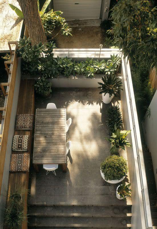 mini jardim apartamento:Imagem 2 – Jardim pequeno com espelho d'água revestido em tijolo