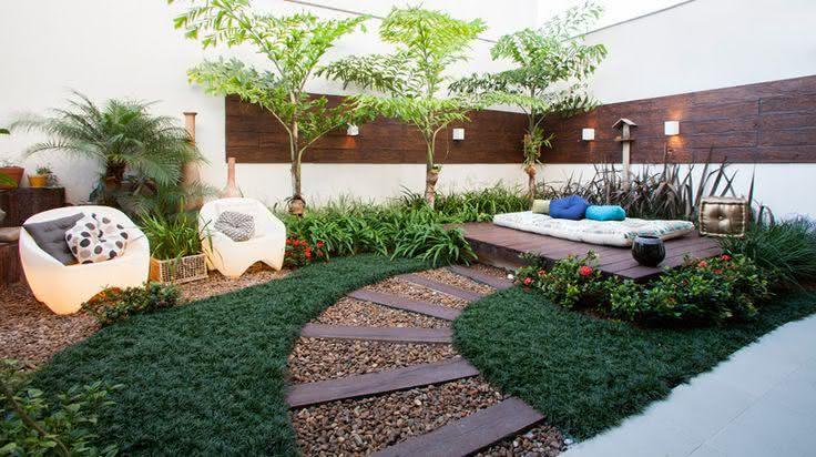 deck em jardim pequeno : deck em jardim pequeno:Imagem 18 – Jardim pequeno com acessório para apoiar plantinhas