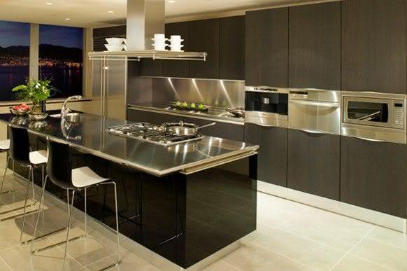 Projeto de cozinha com ilha central preta com bancada em alumínio