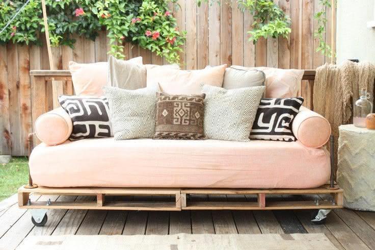 Sofá de pallet com estofado rosa