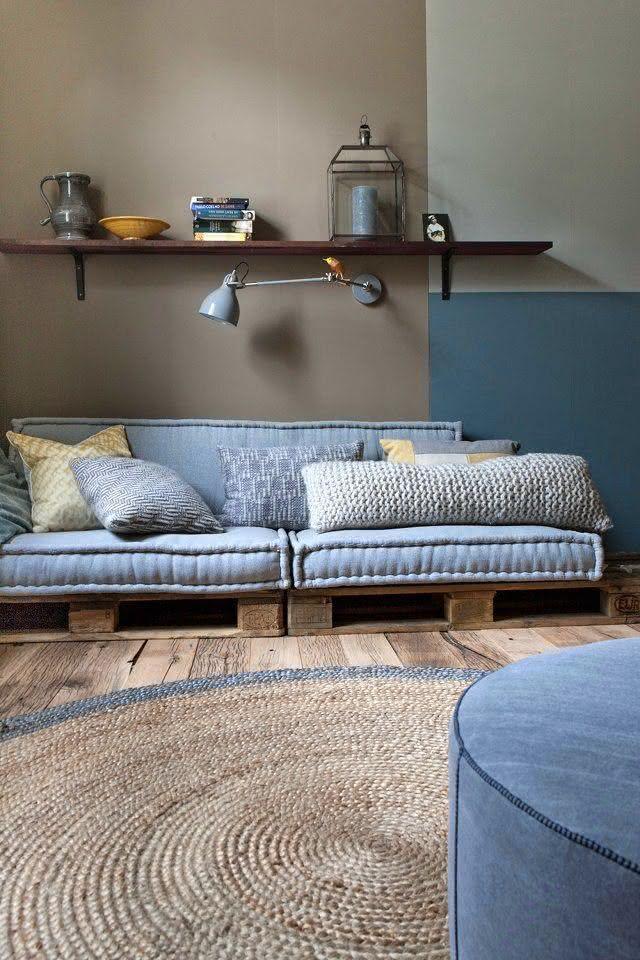 Sofá de pallet com estofado azul
