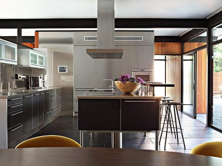 rojeto de cozinha no estilo industrial com ilha central, cooktop e coifa