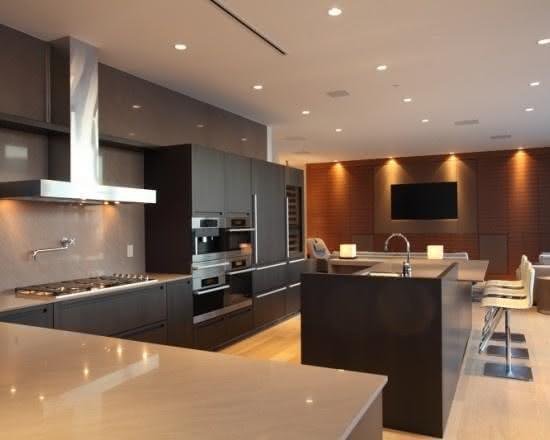 Projeto de cozinha com ilha central preta com banquetas brancas