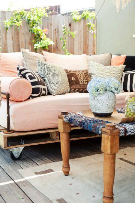 Sofá de pallet com estilo romântico