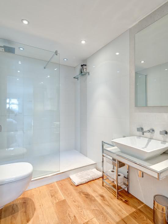 50 Banheiros Brancos e Claros para o seu Projeto -> Banheiro Pequeno Com Piso Amadeirado