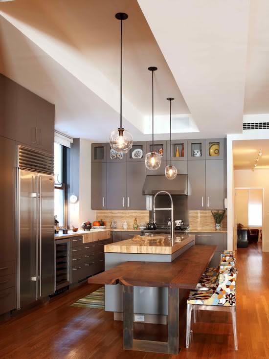 Cozinha com ilha central no estilo rústico com poltronas estampadas nas banquetas