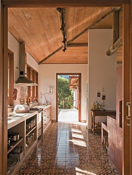 50 Casas de Fazenda Decoradas Incríveis para Inspirar # Bancada De Pia De Cozinha Rustica