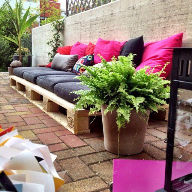 Sofá de pallet preto e rosa