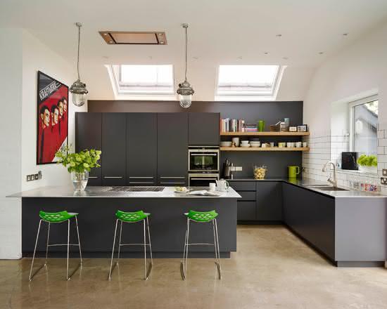 Cozinha com ilha na lateral