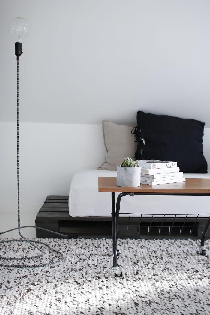 Sofá de pallet pintado de preto