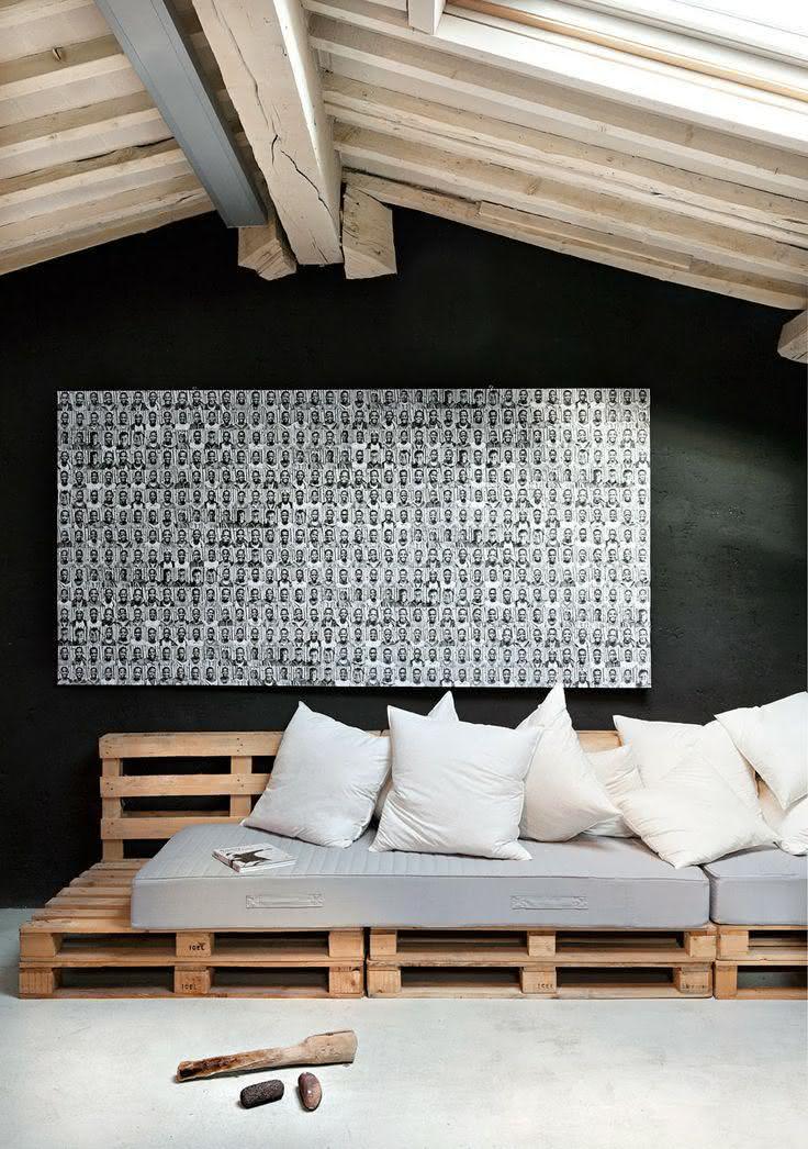 Sofá de pallet com encosto em madeira