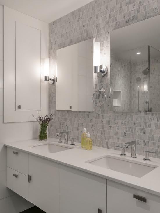 50 Banheiros Brancos e Claros para o seu Projeto -> Banheiro Decorado Com Vaso Cinza