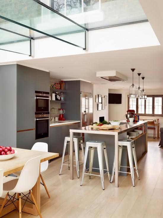 Projeto de ilha central com espaço para guardar itens e utensílios de cozinha