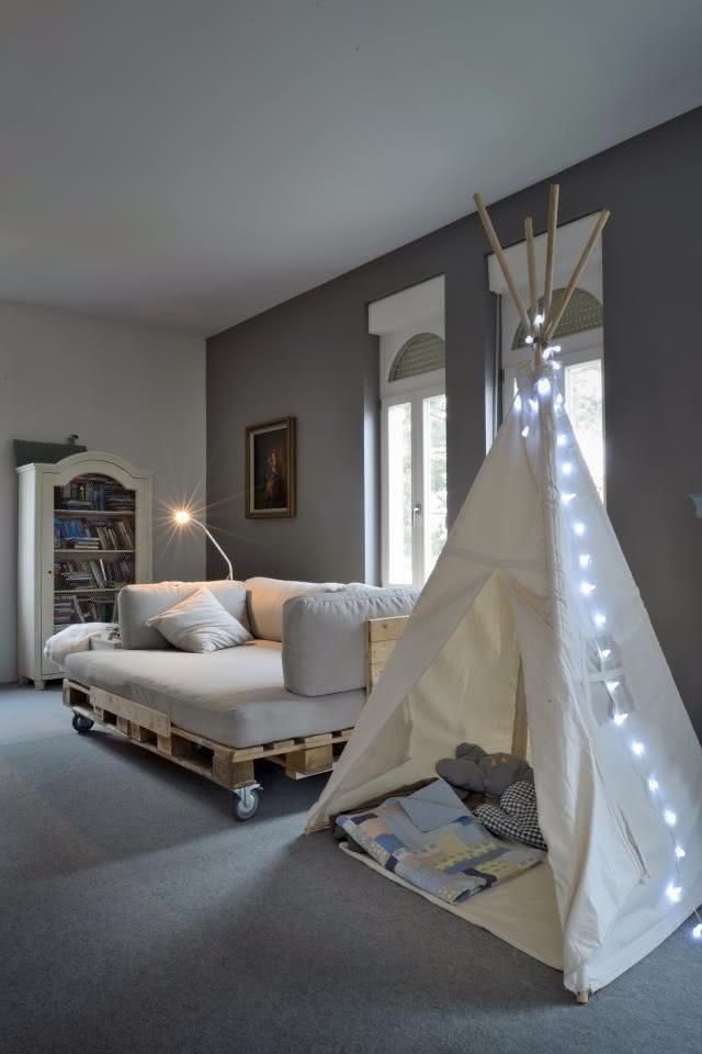 Sofá e cama de pallet para quarto de criança