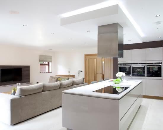 Cozinha com ilha central dividindo a sala de estar e a cozinha