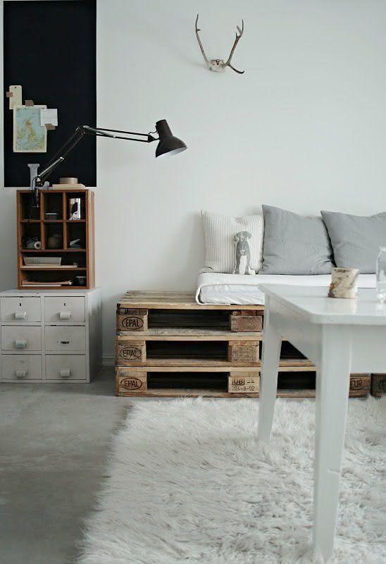 Sofá de pallet com decoração cinza e branco