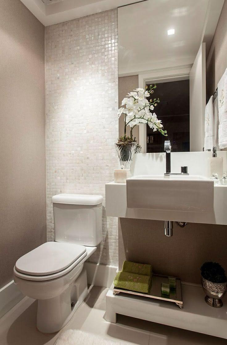 decoracao lavabo branco:Imagem 40 – Lavabo com pintura preta e revestimento em madeira