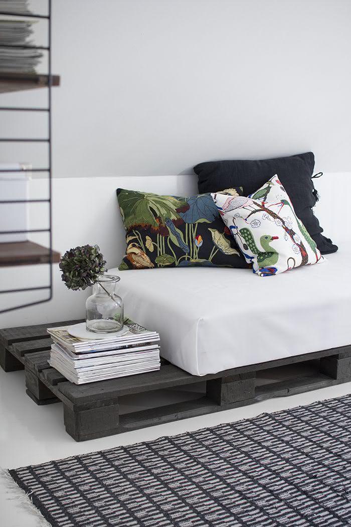 Sofá de pallet com estilo minimalista