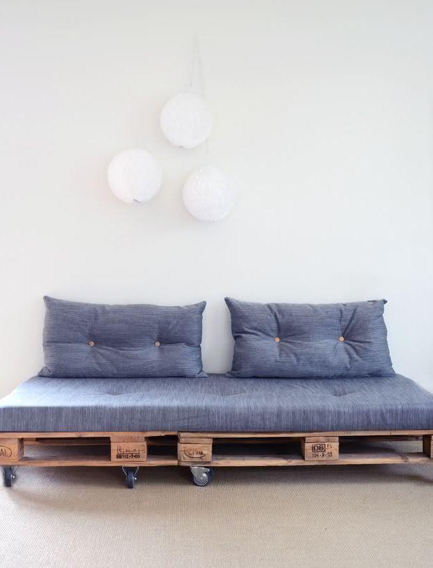 Sofá de pallet com encosto de almofadas