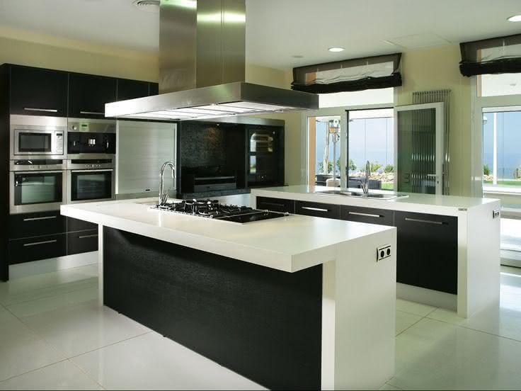 Cozinha com duas ilhas centrais