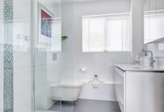 Banheiros brancos e claros