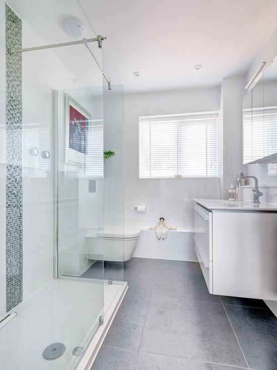 50 Banheiros Brancos e Claros para o seu Projeto -> Banheiro Pequeno Claro