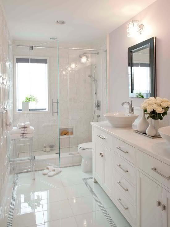 50 Banheiros Brancos e Claros para o seu Projeto -> Banheiro Pequeno Com Box E Banheira