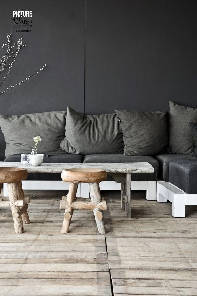 Sofá de pallet com pintura branca e estofado em tom grafite