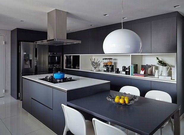 Cozinha com ilha central na cor preta